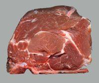 Rohes Nackenstück mit Knochen vom Schwein