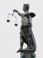 Justitia: Pharmaunternehmen erleidet Schlappe. Bild: pixelio.de, Dieter Schütz