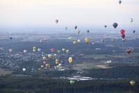 """112 Heißluftballone entschwebten zum ersten Massenstart am Freitagabend über dem Brauereigelände der Warsteiner Brauerei in Richtung Ruhrtal. Bild: """"obs/Warsteiner Brauerei"""""""