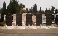 Grabstätten von fünf der Opfer auf dem Friedhof von Kiryat Shaul in Tel Aviv/Israel
