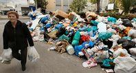 Müllberge durch Sparmaßnahme der EU und Weltbank: 10.000 griechische Müllmänner eingespart...