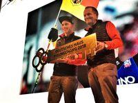 DOSB-Präsident Alfons Hörmann übergibt Fahnenträger Eric Frenzel symbolisch den Schlüssel fürs Deutsche Haus in PyeongChang. Bild: DOSB
