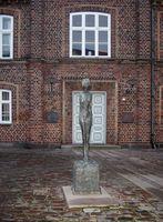 Frau auf dem Wagen, Bronzeguss nach dem 1942/43 entstandenen Gips vor dem Rathaus in Holstebro, Dänemark