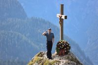 Am 20. September 2020 wurde am Gipfelkreuz des Pfaffenkegels ein Kranz zum Gedenken an alle verstorbenen Zöllnerinnen und Zöllner niedergelegt Bild:Zoll