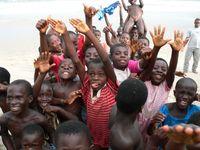 Kinder in Anamabu Beach in Ghana. Etwa die Hälfte der Bevölkerung ist unter 16 Jahre alt.