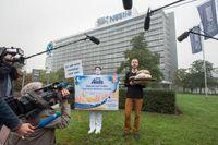 """foodwatch-Aktivisten versuchen an der Nestlé-Zentrale in Frankfurt den Negativpreis """"Goldener Windbeutel"""" für die dreisteste Werbelüge des Jahres zu überreichen. Bild: """"obs/foodwatch e.V./Petra Welzel"""""""