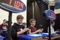 Deutsche Speedcubing Meisterschaft 2013 in Düsseldorf (23. und 24. November). Die 15jährigen Zwillinge Sebastian und Philipp Weyer (neuer Deutscher Meister, rechts im Bild). Bild: JUMBO Spiele GmbH