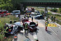Die Unfallstelle mit den drei völlig zerstörten Fahrzeugen Feuerwehr Dortmund (ots)