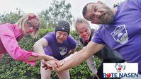 """ROTE NASEN Clowns auf Tuchfühlung mit Rugby-Spielern der Berlin Bruiser. Bild: """"obs/ROTE NASEN/Annika Seiffert"""""""