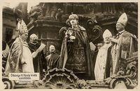 Eidesleistung KarlsIV. als König von Ungarn an der Dreifaltigkeitssäule vor der Matthiaskirche (Budapest, 30. Dezember 1916)