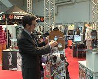 Herr Resatsch erklärt unserem Kamerateam die Community-Plattform All-I-Touch. Bild: ExtremNews