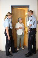 Symbolbild Seniorin mit falschen Polizeibeamten
