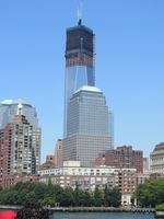 Das One World Trade Center am 8. Juli 2012, davor das World Financial Center