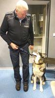 """Malamute-Hündin """"Aicha"""" mit Polizeihauptmeister Ewald Koch vom Bundespolizeirevier Fulda. Bild: Bundespolizei"""