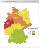 Ein Großteil der Firmeninsolvenzen geht auf das Konto der Bundesländer Nordrhein-Westfalen (5.777), Bayern (1.751), Baden-Württemberg (1.240) und Niedersachsen (1.209). Aussagekräftiger ist indes der Blick auf die so genannte Insolvenzquote: den Anteil der Insolvenzen je 10.000 Unternehmen in einem Bundesland. Auch hier führt Nordrhein-Westfalen die Insolvenzstatistik mit 79 Firmeninsolvenzen je 10.000 Unternehmen an. Über dem Bundesdurchschnitt mit 49 Insolvenzen je 10.000 Unternehmen rangieren auch Sachsen-Anhalt (61), Sachsen (54), Schleswig-Holstein, Niedersachen und Bremen (jeweils 53) sowie Berlin (51).