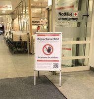 Coronavirus: Verbotsschild zum Besuchsverbot in den München Kliniken