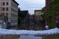 Umspülte Sandsäcke im Stadtzentrum von Halle (Saale)