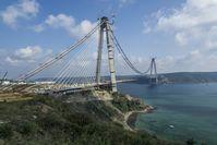 """solidian-Bewehrungen kommen bei der neuen Bosporus-Brücke zum Einsatz. Die Brückenpylone sind extrem hohen Windlasten von 300 kg/m² ausgesetzt. Bild: """"obs/solidian GmbH/Fibrobeton"""""""