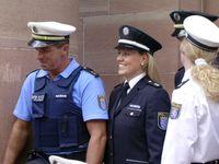 Symbolbild: Deutscher Polizist mit Schutzweste