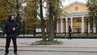 Ein Polizist in der Nähe der Universität in Perm Bild: Sputnik / Maxim Kimerling