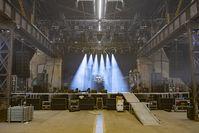 Eine Konzertbühne aus dem Zuschauerraum fotografiert (Symbolbild)