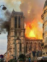 Notre-Dame: Ansicht des brennenden Dachstuhls von Süden