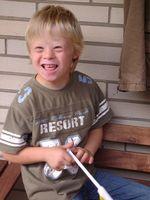 Achtjähriger Junge mit Trisomie 21 (Downsyndrom)
