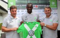 Cheftrainer Dieter HECKING (VfL Wolfsburg), Josuha GUILAVOGUI (VfL Wolfsburg) , Manager Klaus ALLOFS (VfL Wolfsburg)