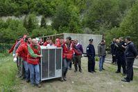 Viele Helfer sind nötig, um eine Bären-Transportbox zu tragen, Rugova Valley, Kosovo. Bild: VIER PFOTEN, Mihai Vasile