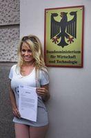 Pamela Anderson vor dem Bundeswirtschaftsministerium in Berlin. Bild: PETA