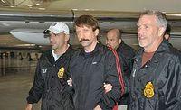 Wiktor But (Mitte) am 16. November 2010 bei seiner Auslieferung an die USA. Bild: Drug Enforcement Administration / wikipedia.org