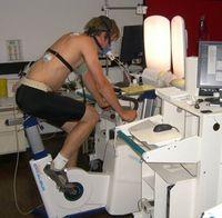 Leistungstest auf dem Fahrradergometer: Helles Licht kann die Ausdauerleistung steigern. Bild: Universität Basel (idw)