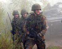 Deutsche Soldaten tragen die Schutzweste Standard bei einem Manöver.