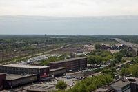 Blick über den Hauptbahnhof Duisburg (Vorplatz) zum Veranstaltungsgelände; am rechten Bildrand die A 59 (Juni 2010). Bild: Christoph Müller-Girod / de.wikipedia.org
