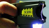 Der X-26-TASER mit einem Lichtbogen zwischen seinen beiden Elektroden.