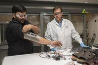 Sensortest: Doshi (l.) und Thostenson im Labor.