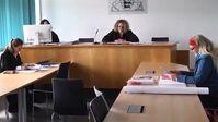 """Strafgerichtsprozess gegen Heiderose Manthey am 10. Dezember 2018 am Amtsgericht in Pforzheim. Die Leiterin der ARCHE, Pädagogin und Journalistin wurde angezeigt wegen Anbringen des Plakates: """"In der Mühle von Weiler herrscht eine verlogene Drecksau !!!"""" Das Plakat solle eine Beleidigung für einen Müller darstellen. Manthey verteidigt sich selbst."""