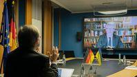 """Thomas Rachel, Parlamentarischer Staatssekretär bei der Bundesministerin für Bildung und Forschung, im Gespräch mit dem Botschafter der Ukraine,  S.E. Dr. Andrij Melnyk.  Bild: """"obs/Bundesministerium für Bildung und Forschung/BMBF/Hans-Joachim Rickel"""""""