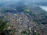 Ein Luftbild der Großstadt Pforzheim. Mit 2 neuen solcher Städte rechnet das Statistische Bundesamt pro Jahr gefüllt ausschließlich mit Einwanderern aus aller Welt.