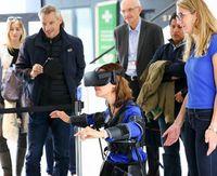 Innovatives Exoskelett: Trägerin erlebt Drohnesein neu