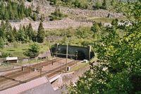 Nördliche Einfahrt in den Gotthardtunnel bei Göschenen, die linke Tunnelhälfte wurde erst um 1960 erbaut und vereinigt sich nach etwa 80m mit der Hauptröhre.