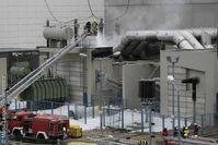 Feuer im Atomkraftwerk (AKW) Kruemmel (Betreiber Vattenfall) . Bei dem Brand in einer Transformatorenanlage fing auch Oel Feuer. Etwa 100 Feuerwehrleute bekaempften den Brand gut 2 Stunden lang. Bild: Martin Langer / Greenpeace
