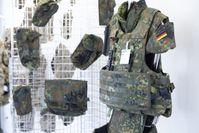 Eine Präsentation von Bekleidungs- und Ausrüstungsgegenständen durch die BwBM GmbH.  Bild: Bundeswehr Fotograf: Sarah Sensen