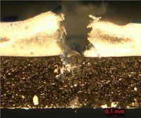 Die Membrane aus Polyvinylchlorid-Polyester (gelblich) wurde mit einer Nadel von 2,5 Millimeter Durchmesser durchstochen, worauf sich der Polyurethan-Schaum (braun) schlagartig ausdehnte. Bild: Empa