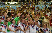 Die Mannschaft erhält den WM-Pokal 2014