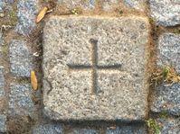 Grenzzeichen aus Granit (15 cm x 15 cm) mit eingeschliffenem Kreuz.
