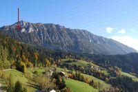 Lage des Fundplatzes Potočka zijalka (Slowenien) im Hochgebirge (1630 m ü. HN). Der rote Pfeil deutet auf den Höhleneingang. Quelle: Foto: Luc Moreau, MONREPOS (idw)