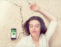 """Frau: benutzt """"HelloMind""""-App zur Hypnose. Bild: hellomind.com"""