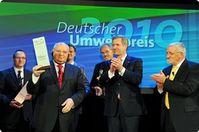 Freude über die Verleihung des Deutschen Umweltpreises (v.l.): Dr. Winfried Barkhausen, Michail Gorbatschow, Edwin Büchter, Dr. Rainer Grießhammer, Bundespräsident Christian Wulff und DBU-Kuratoriumsvorsitzender Hubert Weinzierl.