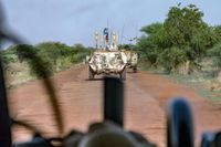 """Der Störtrupp fährt im Transportpanzer Fuchs während einer Patrouille im Rahmen der MissionMINUSMA in Gao/Mali.  Bild: """"obs/Presse- und Informationszentrum AIN/Weckbach/Bundeswehr"""""""